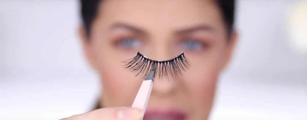 use-tweezer-for-lashes