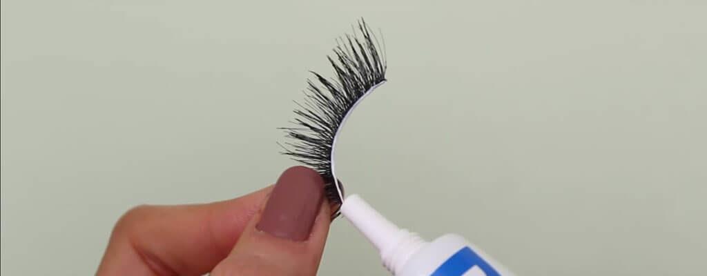 put-glue-on-false-lashes